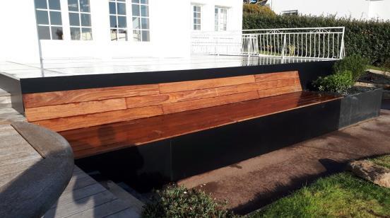Création d'une jardinière en schiste avec un grand banc en bois cumaru dans le prolongement