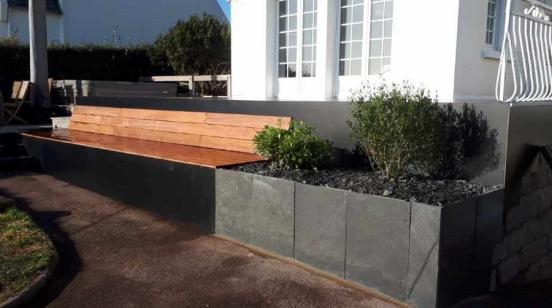 Bandeau de la terrasse en trespa (bois compressé plaqué ici sur un muret existant)